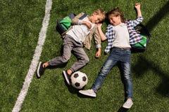 Schooljongens met voetbalbal Royalty-vrije Stock Foto