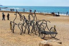 Schooljongens op oude renbaan in nationaal park Caesarea Maritima, Israël Stock Foto's
