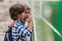 Schooljongens op voetbalgebied Royalty-vrije Stock Fotografie