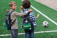 Schooljongens op voetbalgebied Stock Foto
