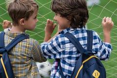 Schooljongens op voetbalgebied Stock Afbeelding