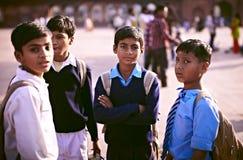 Schooljongens in uniformen in India Stock Foto