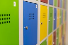 Schoolkasten in groene, blauwe, gele en rode kleur Royalty-vrije Stock Fotografie