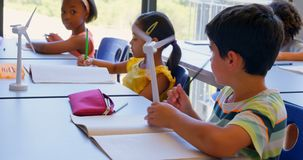 Schoolkids studiuje przy biurkiem w sali lekcyjnej przy szko?? 4k zbiory wideo