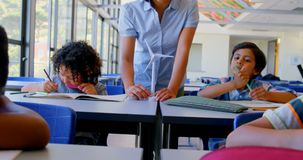 Schoolkids studiuje przy biurkiem w sali lekcyjnej przy szko?? 4k zdjęcie wideo