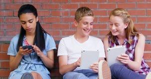 Schoolkids używa elektronicznych gadżety w szkolnych przesłankach 4k zbiory wideo
