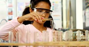 Schoolkind die chemisch product in laboratorium 4k onderzoeken
