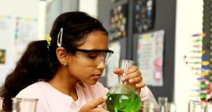 Schoolkind die chemisch product in laboratorium 4k onderzoeken stock video