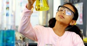 Schoolkind die gebruikend digitale tablet terwijl het onderzoeken van chemische 4k doen stock videobeelden