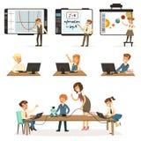 Schoolkinderen bij de informatica en programmeringslessenreeks, jonge geitjes die aan computers, het leren robotica werken en stock illustratie