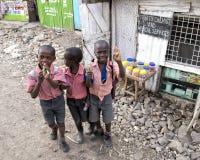 Schoolkinderen in de Mukuru-krottenwijk stock foto