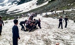 Schoolkinderen die bij gletsjer spelen Royalty-vrije Stock Afbeeldingen