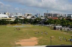 Schoolkinderen die bij het spelen van gebied praktizeren stock afbeeldingen