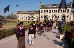 Schoolkinderen die op de reis lopen Stock Foto's