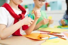 Schoolkinderen die origami maken stock fotografie