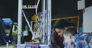 Schoolkinderen die technologie in laboratorium onderzoeken stock footage