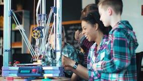 Schoolkinderen die technologie in laboratorium onderzoeken stock videobeelden