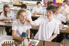 Schoolkinderen in een wetenschapsklasse Royalty-vrije Stock Fotografie