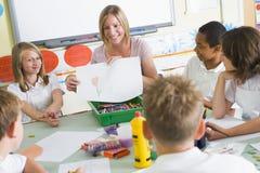 Schoolkinderen en hun leraar in een kunstklasse Royalty-vrije Stock Foto's