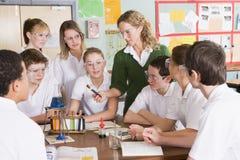 Schoolkinderen en leraar in wetenschapsklasse stock fotografie