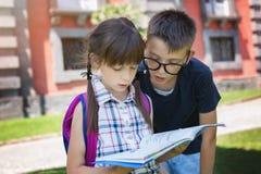 schoolkinderen Het concept van het onderwijs stock fotografie
