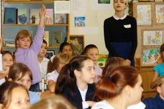 Schoolkinderen in klaslokaal bij les Royalty-vrije Stock Afbeelding