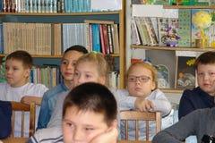 Schoolkinderen in klaslokaal bij les Royalty-vrije Stock Foto's