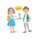 Schoolkinderenjongen en Meisje die en Informatie van Hun Smartphones babbelen ruilen tijdens Schoolonderbreking, een Deel van Gel Royalty-vrije Stock Afbeelding