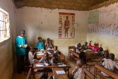 Schoolklaslokaal in Mariama Kunda, Gambia stock afbeelding