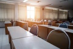 Schoolklaslokaal met geopend venster, schone en propere klaar voor nieuwe studenten en semesterbegin stock fotografie