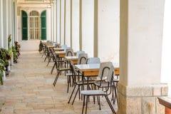 Schoolklasse, lijsten en stoelen buiten in een klooster royalty-vrije stock foto's