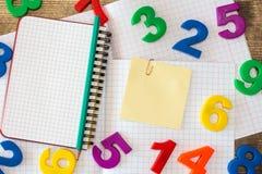 Schoollevering en lege kleverige nota Stock Foto