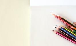 Schoollevering: lege notitieboekje en potloden royalty-vrije stock afbeelding
