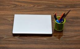 Schoollevering met laptop op houten achtergrond Stock Fotografie