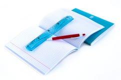 Schoollevering - notitieboekjes, pen, heerser stock foto's