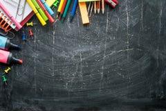 Schoollevering op een Bordachtergrond Vrije ruimte Grens stock foto's
