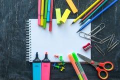 Schoollevering op een Bordachtergrond Vrije ruimte voor tekst stock foto's