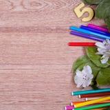 Schoollevering op een houten achtergrond Stock Afbeeldingen