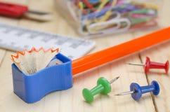 Schoollevering op een Houten Bureau Stock Foto