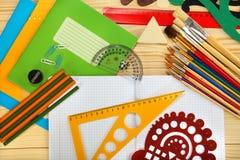 Schoollevering op houten achtergrond Stock Afbeelding