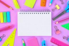 Schoollevering op violette achtergrond klaar voor uw ontwerp Vlak leg Hoogste mening De ruimte van het exemplaar stock afbeeldingen
