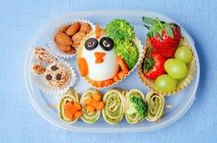 Schoolmaaltijddoos voor jonge geitjes met voedsel in de vorm van grappige gezichten Royalty-vrije Stock Afbeelding