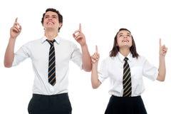 Schoolmates che osservano e che indicano verso l'alto Immagini Stock
