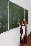 Schoolmeisje bij het bord. Stock Foto's