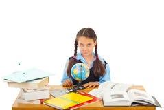 Schoolmeisje bij leerling met wereldbol stock afbeeldingen