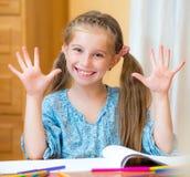 Schoolmeisje dat in Klaslokaal bestudeert Royalty-vrije Stock Foto