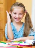 Schoolmeisje dat in Klaslokaal bestudeert Stock Afbeelding
