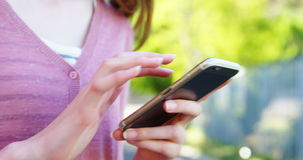 Schoolmeisje dat mobiele telefoon met behulp van stock videobeelden
