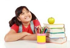 Schoolmeisje dat omhoog kijkt Stock Foto's