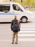 Schoolmeisje dat op het verkeerslicht wacht Royalty-vrije Stock Foto